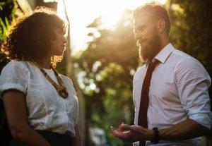 Fullmakt, man och kvinna pratar