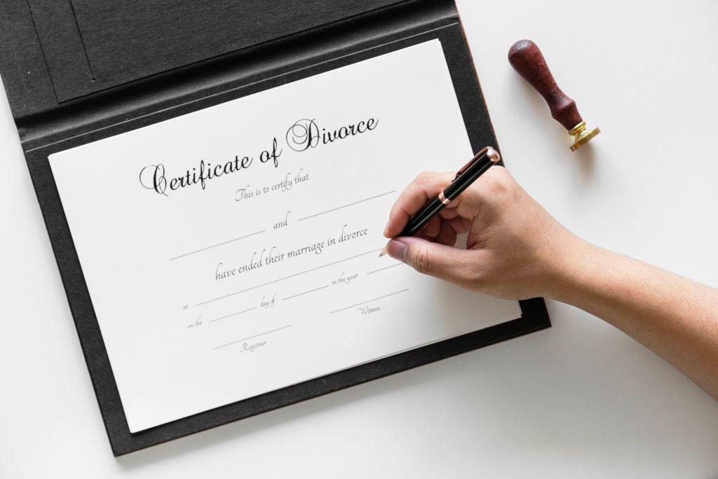 Äktenskapsförord, ett intyg om skilsmässa som signeras