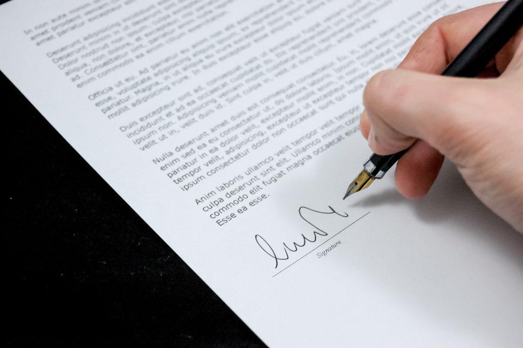 Samboavtal, en person som signerar ett avtal