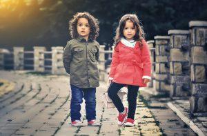 Fullmakt, två barn på en brygga
