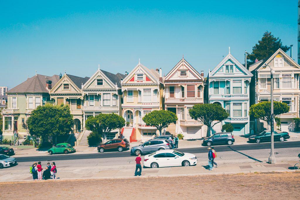 Bodelning, en gata med flera hus i olika färger