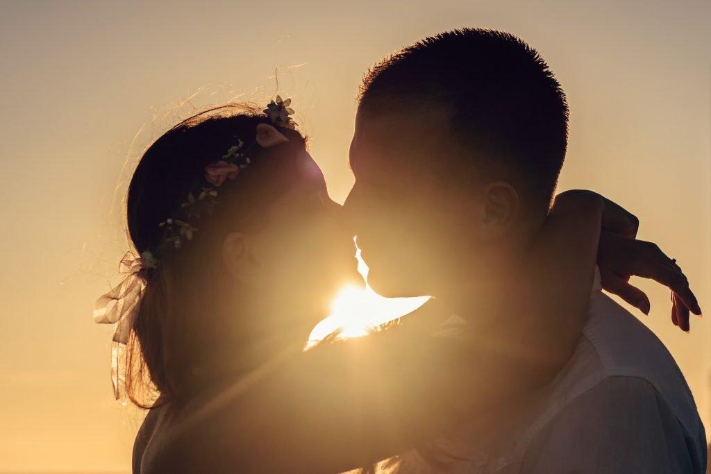 Familjerätt, ett par som kysser varandra i solnedgången