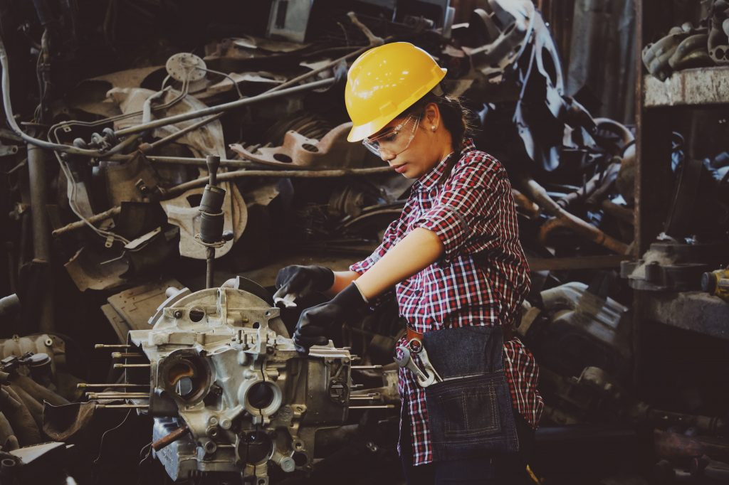 Kvinna, industriarbetare. Anställningsavtal och uppsägning.