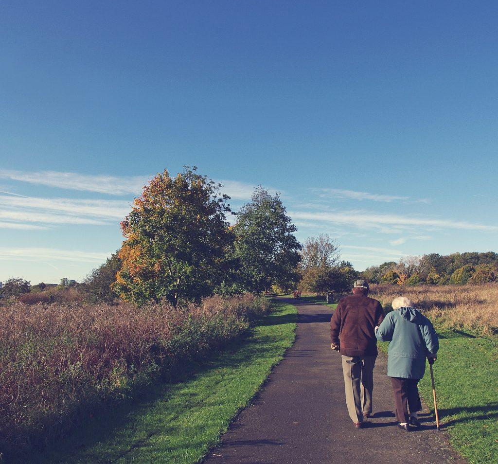 Äldre par som går på en väg. Arv.