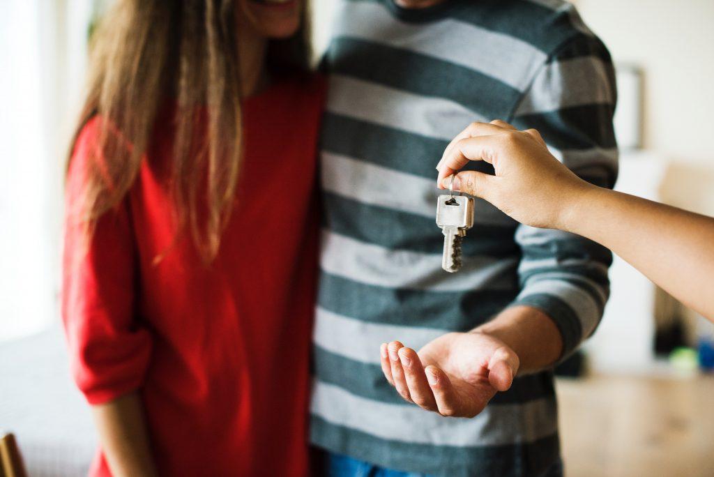 Par som tar emot nycklar. Köpa hus.